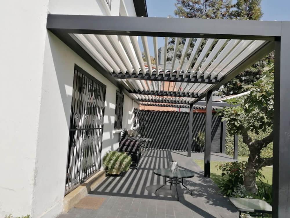 Pergola bioclimática grafito-terraza - Spatio